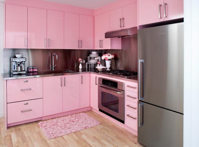 кухонный гарнитур и коврик в розовых тонах