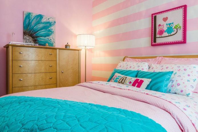 бело-розовые стены в полоску