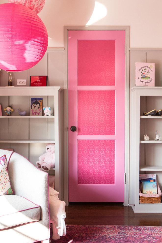розовые двери