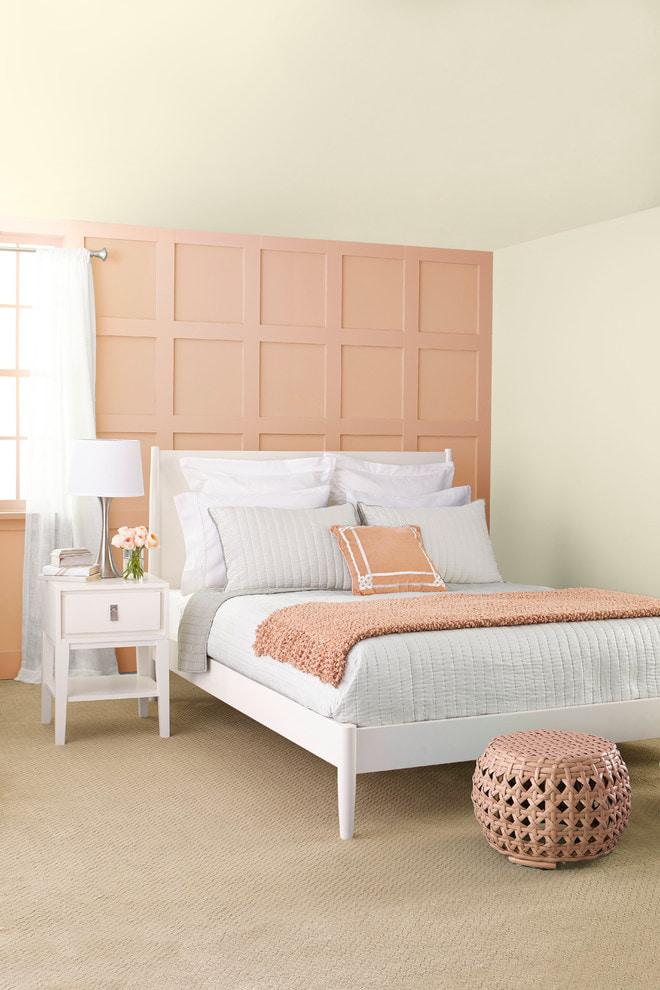Бело-персиковая спальня