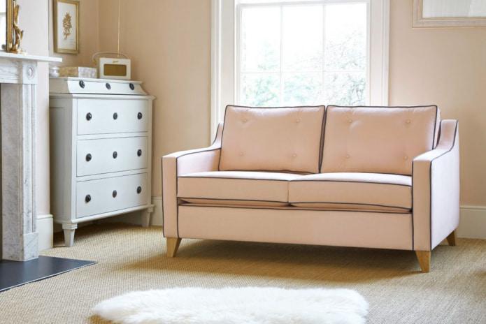 персиковые стены в тон с диваном