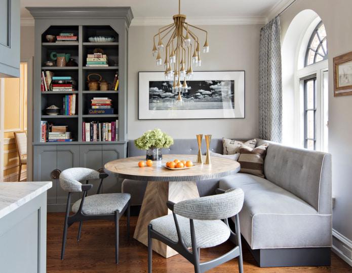 светло-серый угловой диван в столовой