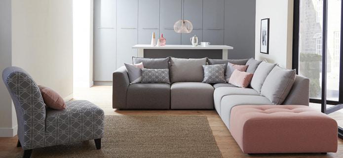 диван с розовыми вставками