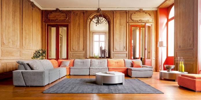 диван с оранжевыми подушками