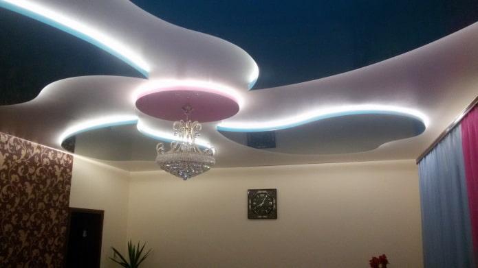 парящая потолочная конструкция с люстрой