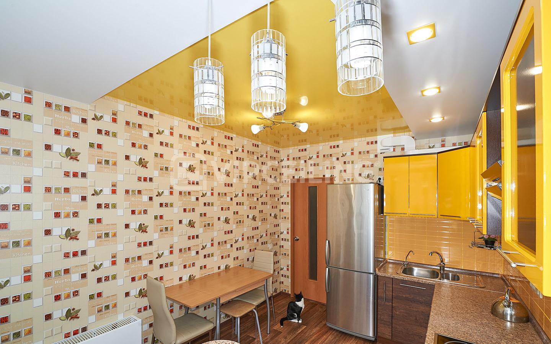 нежатся цветные обои на потолок на кухню вряд получится