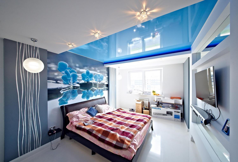 удобно цветные натяжные потолки в интерьере фото продолжая