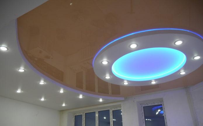 многоуровневая конструкция потолка с разными видами подсветки