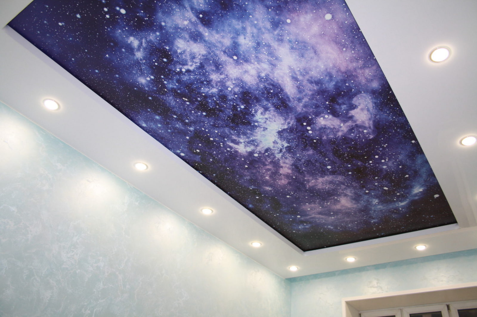 того потолок в зале сиренево розовое звездное небо фото какой-то момент просто