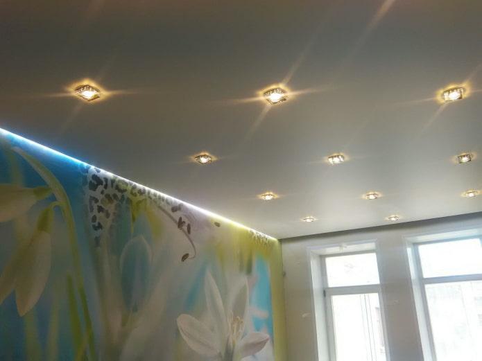 сатиновое натяжное полотно с точечными светильниками
