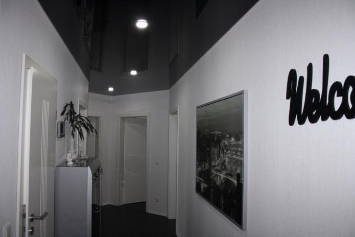 натяжная потолочная конструкция черного цвета