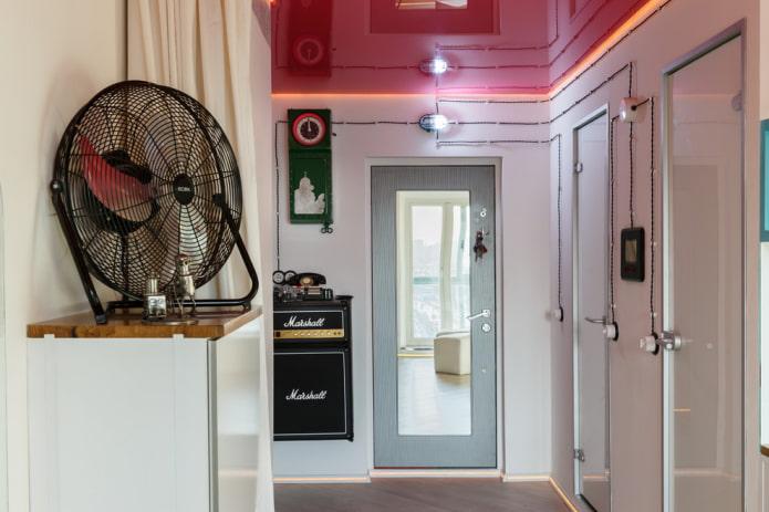 красная натяжная конструкция в коридоре
