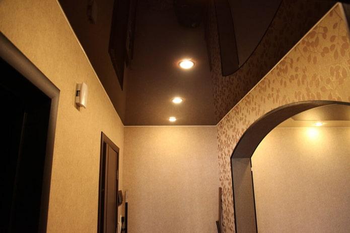 натяжная конструкция с точечными светильниками