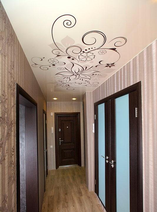 натяжная потолочная конструкция с рисунком