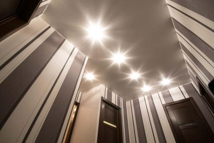 натяжная потолочная конструкция серого цвета