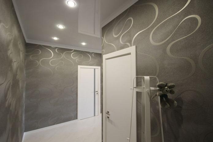 белая натяжная конструкция в коридоре