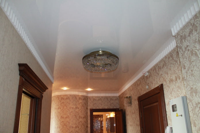 натяжная потолочная конструкция с люстрой