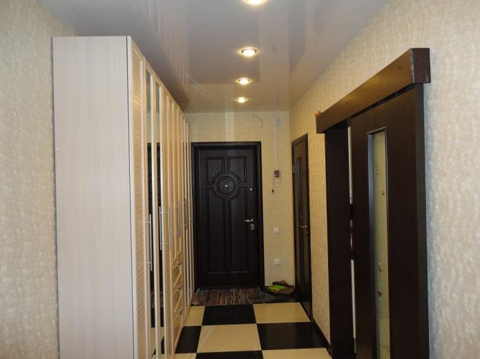 натяжное полотно в длинном коридоре