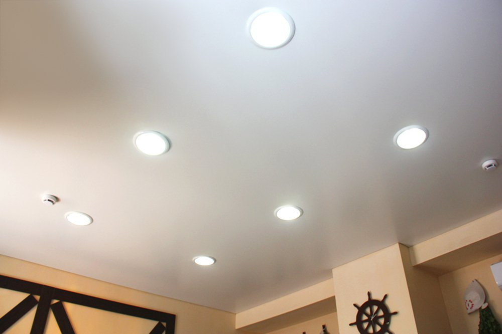 это ядовитые потолок с точечными светильниками фото очень удобно хранить