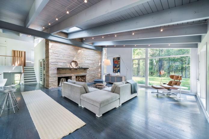 серый потолок из дерева в гостиной
