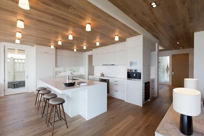 потолок из дерева с декоративными лампочками