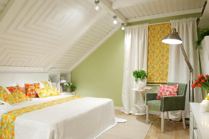 белый потолок из дерева в спальне