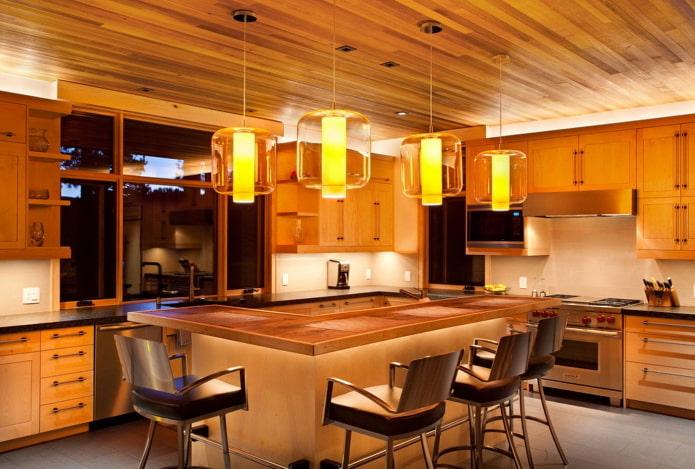 коричневый потолок из дерева на кухне