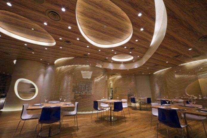 многоуровневая деревянная потолочная конструкция