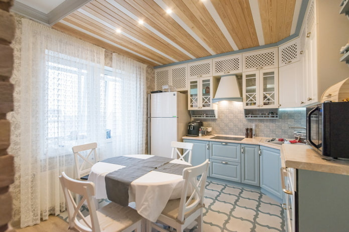 двухцветный потолок из дерева на кухне