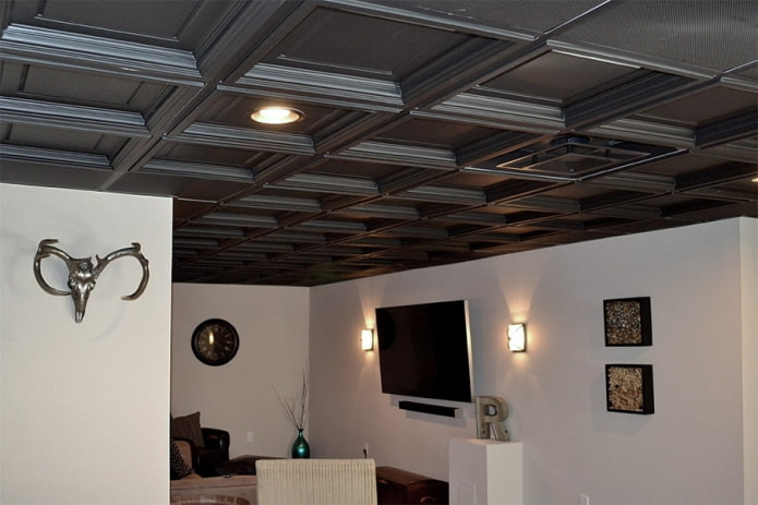 черная кессонная конструкция в интерьере