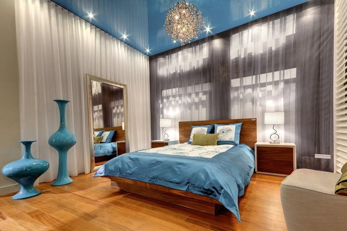 цветные натяжные потолки в интерьере фото