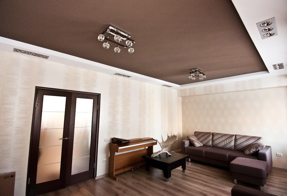 картинки коричневый натяжной потолок одной отличительной