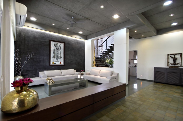 темно-серая потолочная конструкция в гостиной
