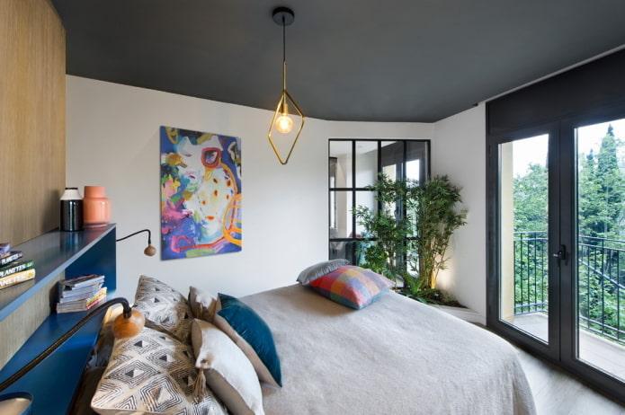 темно-серая потолочная конструкция в спальне