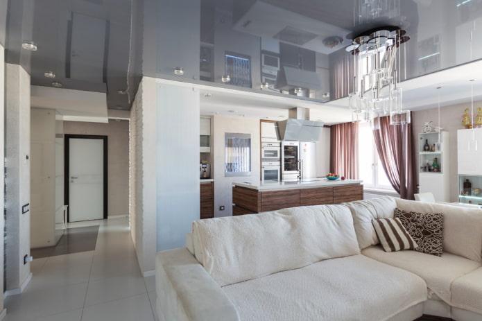 серое натяжное полотно в гостиной