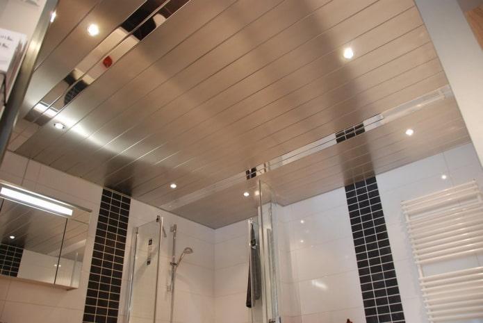 реечная потолочная конструкция серого цвета