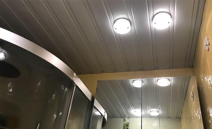 пластиковые потолочные панели серого цвета