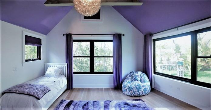 лиловый потолок в детской