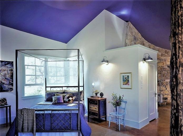 лавандовый потолок на фоне белых стен