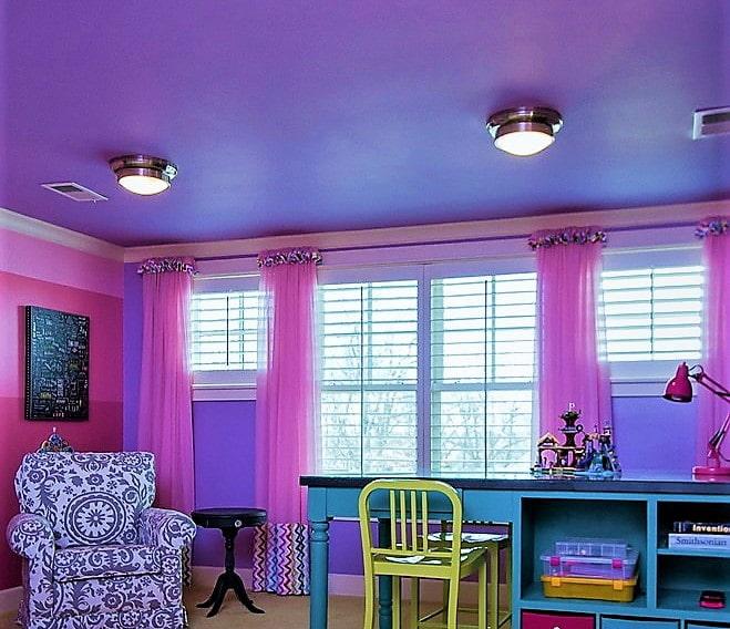 розовые стены сочетаются с лиловым потолком