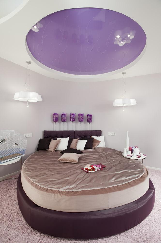 бело-сиреневый потолок в спальне