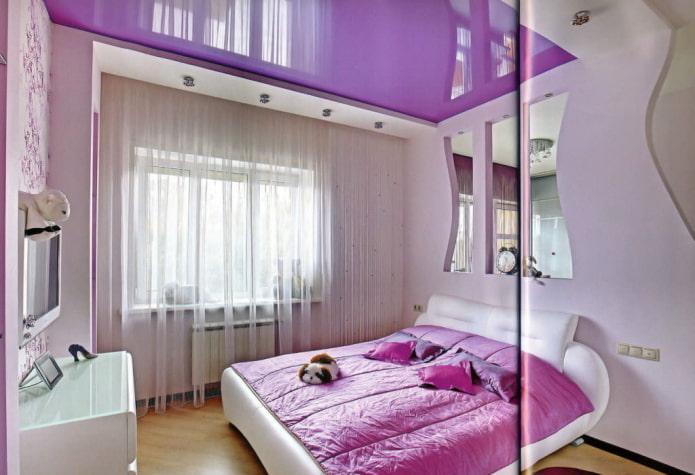 сиреневый потолок в спальне