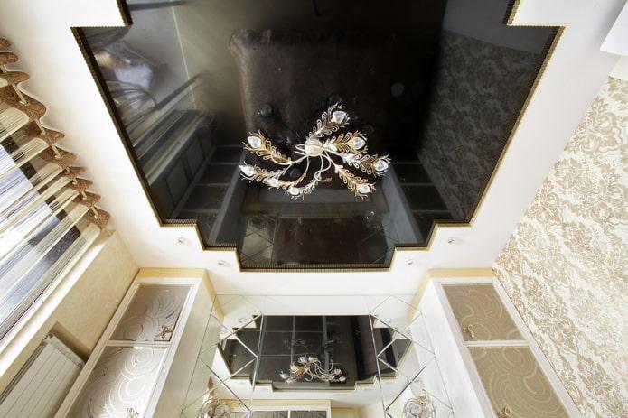натяжной потолок с люстрой в интерьере