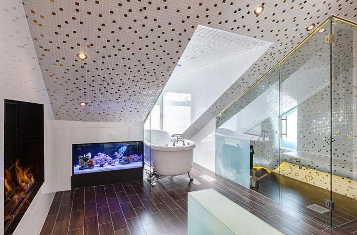 потолок с плиточной отделкой в интерьере ванной
