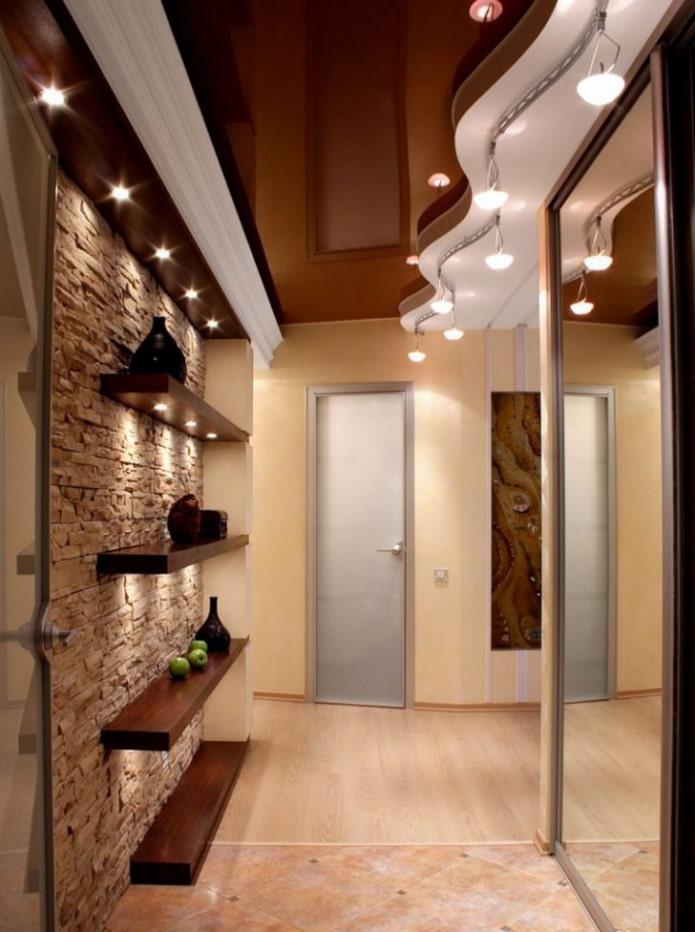 фигурная потолочная конструкция в коридоре