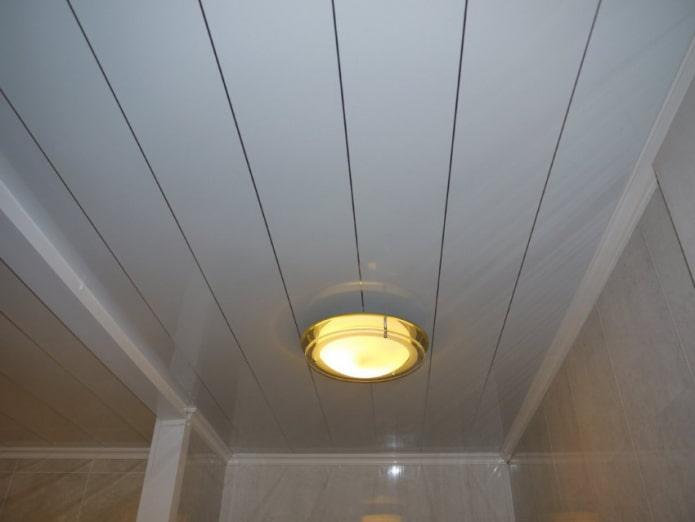 пластиковые потолочные панели в санузле