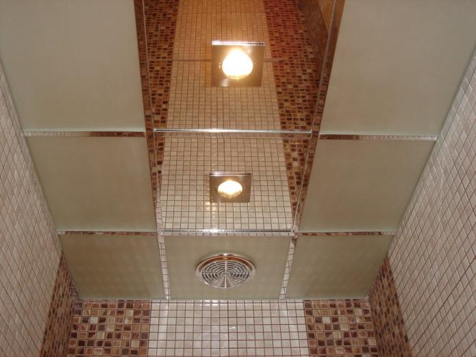 зеркальная потолочная конструкция в санузле