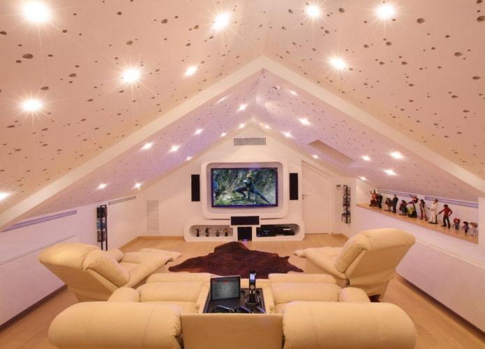 точечные светильники на потолке в мансардном помещении