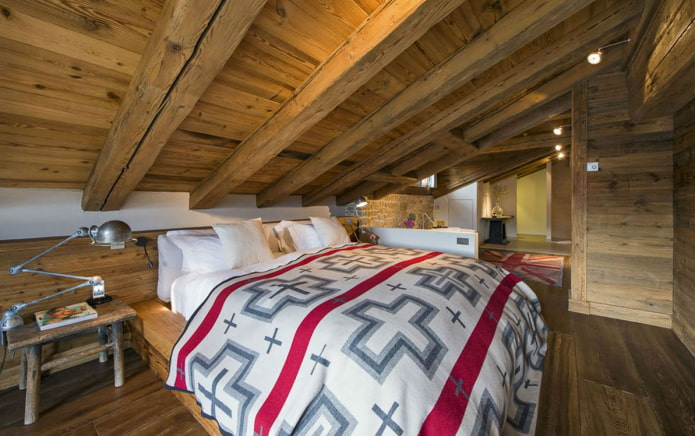 деревянная потолочная конструкция на мансарде в стиле шале