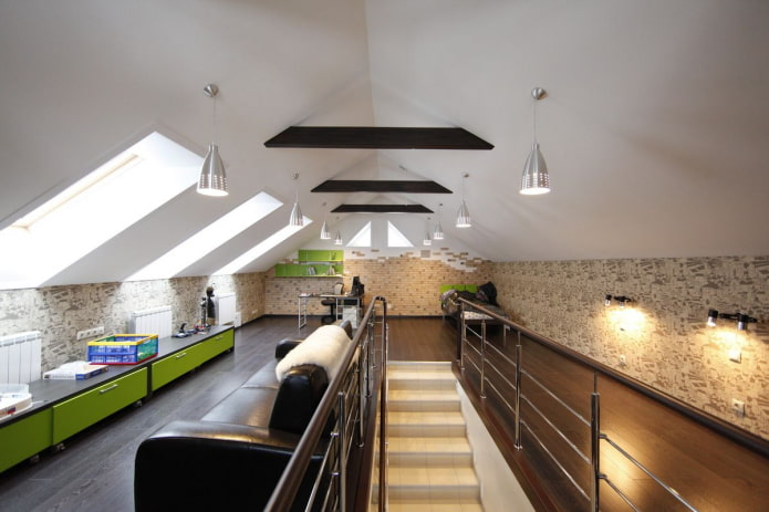 люстры на потолке в мансардном помещении